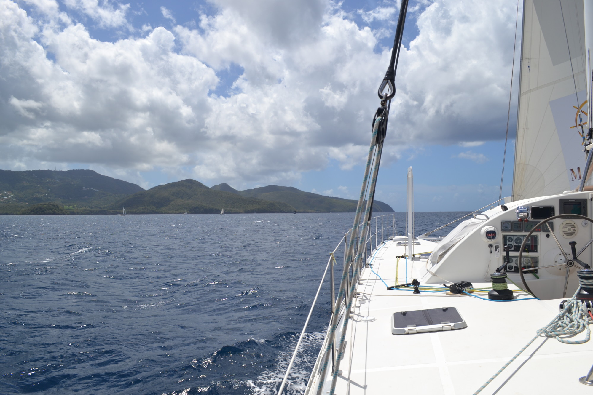 Katamaran unter Segeln in der Karibik